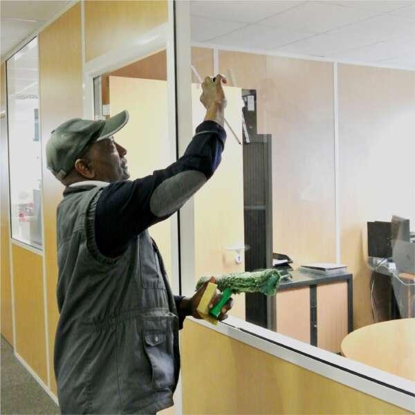homme-nettoyage-vitre-bureau